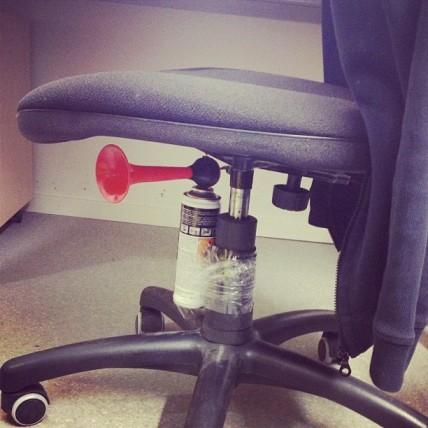 Corne de brume sous chaise